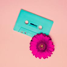 Cassette et de fleurs. Minimalisme style rétro.