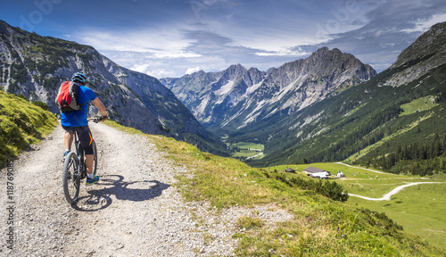 Mountainbiker mit Ebike in den Alpen