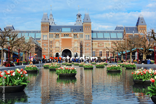 Fotobehang Amsterdam Rijksmuseum / Reichsmuseum in Amsterdam mit Tulpen