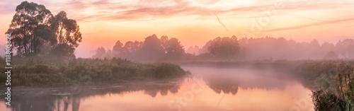 Mgłowa rzeka w godzinach porannych