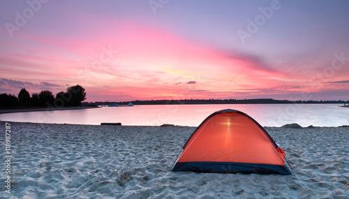 Deurstickers Lichtroze orangefarbenes Zelt am See - outdoor adventure