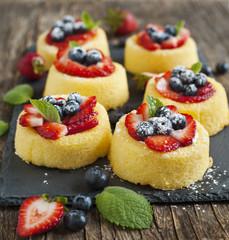 Sponge tart with berries