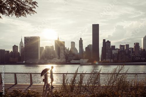 Foto op Aluminium New York People walking along the East River Bay in Long Island City