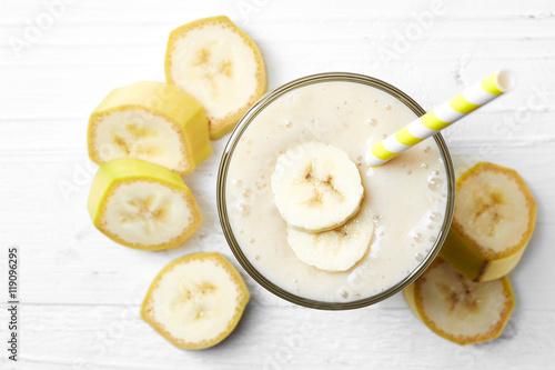 Papiers peints Lait, Milk-shake Glass of banana smoothie