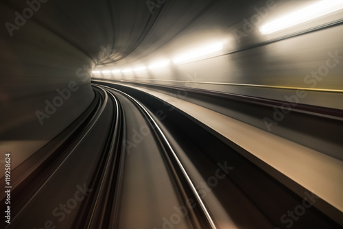 In de dag Fast underground train riding in a tunnel of the modern city