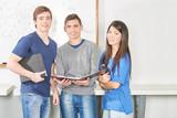 Drei Teenager als Team in der high school