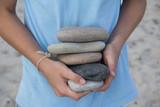 Kind sammelt Steine am Strand - 119295050