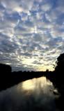 Wolkenband über einem Fluss