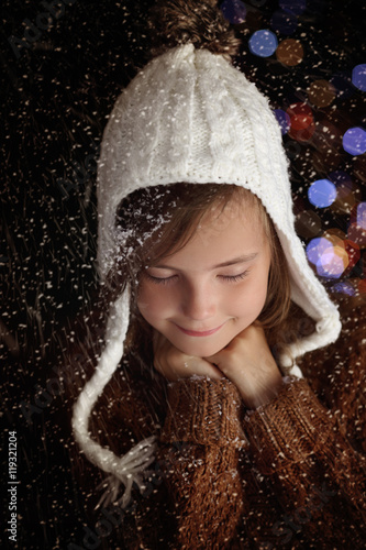 Poster Pensive young girl in winter christmas evening