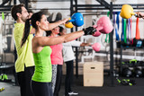 Functional Fitness Workout im Fitnessstudio mit Kettlebell