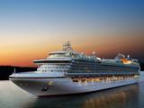 Luksusowy statek wycieczkowy do portu na wschodzie słońca