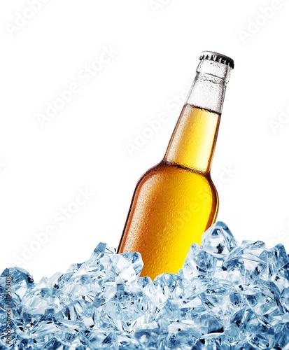 kolor-zolty-zaparowywal-nad-butelka-piwo-na-lodzie