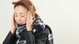 風邪をひいて体調の悪いマフラーをした女性