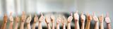 Hände mit Thumbs up Zeichen - 119610416