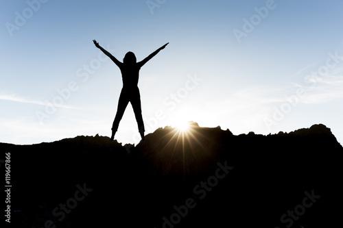 Poster Frau mit erhobenen Armen im Sonnenlicht