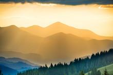 Piękny zachód słońca w górach