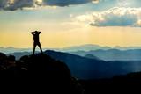 dağların zirvesindeki maceracı