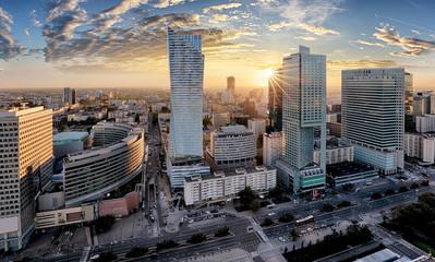 Fototapeta w mieście Warszawie z nowoczesnym drapaczu chmur o zachodzie słońca, Polska