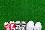 スニーカーと緑の芝生