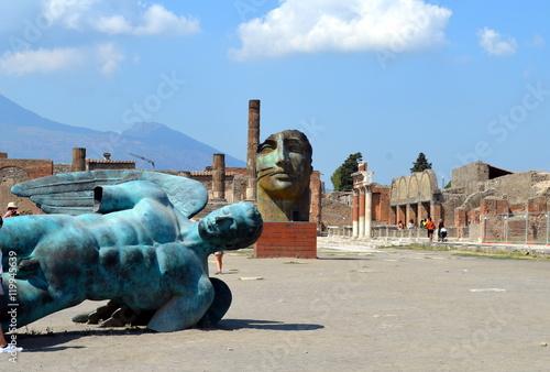 Fotobehang Napels Platz mit Skulpturen in Pompeji