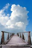 Drewniany most i błękitne niebo pełne białych chmur w lecie