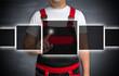 futuristisches touchscreen konzept wird von handwerker bedient