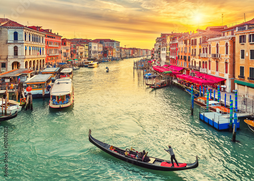 Foto op Canvas Foto van de dag Gondola near Rialto Bridge in Venice, Italy