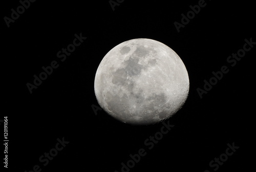 夜空に浮かぶ月