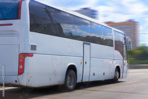 In de dag white tourist bus