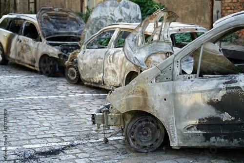 verbrannte Autos nach einem Brandanschlag in der Innenstadt von Magdeburg am 08 Poster