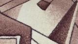 орнамент на сером ковре, лежащем на полу