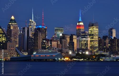 Foto op Aluminium New York The Manhattan, New York skyline seen at night from Edgewater, New Jersey