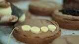 Pastanın üzerine yerleştirilen muz parçaları yakın çekim
