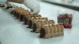 Donutları Çikolata Parçaları İle Süslemek