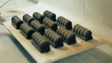 Donutların üzerine çikolata serpilmesi