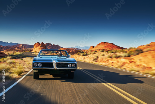 człowiek jazdy rocznika samochodu przez pustynię