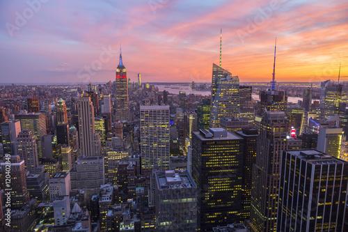 Bright golden pink sunset view of the Midtown Manhattan New York City skyline lo Poster