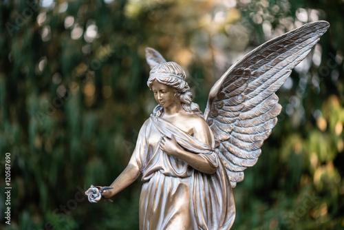 Engel aus Bronze am Friedhof als Trauerkarte Poster