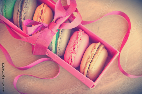 Foto op Aluminium Macarons Colorful french sweets macarons in a pink box