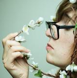 Retrato de chica joven nerd con flores decorativas