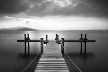 Träbrygga på sjön Zug, Schweiz. Lång exponering. Svartvitt.