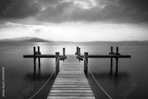 drewniany-molo-na-jeziornym-zug-szwajcaria