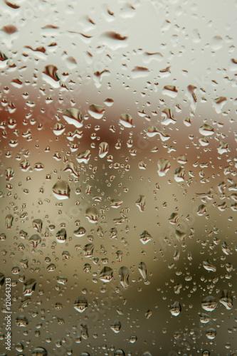 szklo-z-kroplami-wody-deszczowej