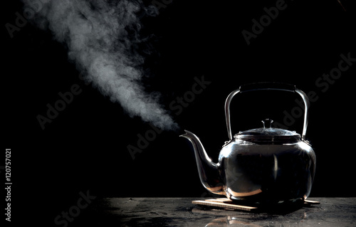 Papiers peints The Tea kettle with boiling water on a black background