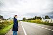 道路を歩く女性