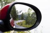 PKW-Rückspiegel mit Alpenpanorama
