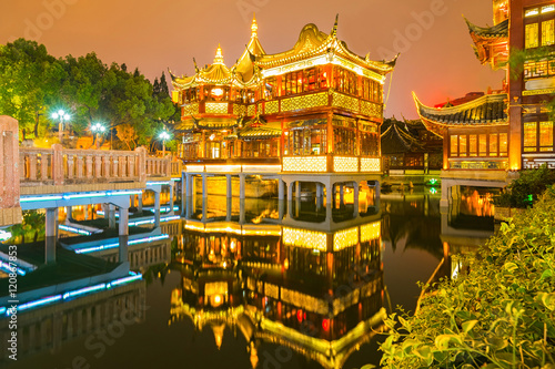 Papiers peints Shanghai Shanghai, China view at the traditional Yuyuan Garden in night time.