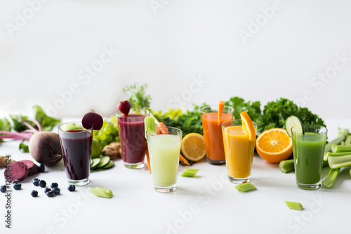 Papiers peints Jus, Sirop glasses with different fruit or vegetable juices