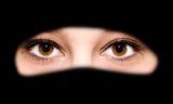 Junge Frau im Niqab - abstraktes Foto - 120887055