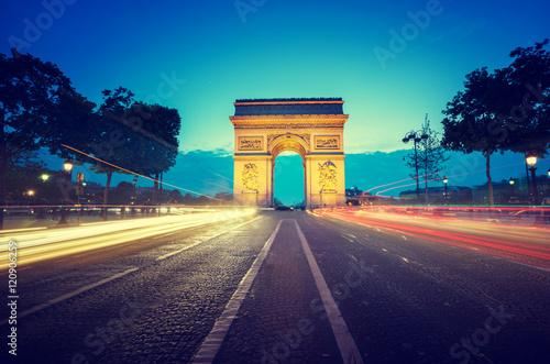 luk-triumfalny-na-wieczor-paryz-francja
